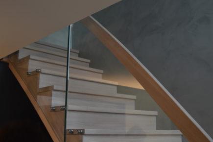 Heltre trapp i eik med boltefestet glass og underliggende vanger